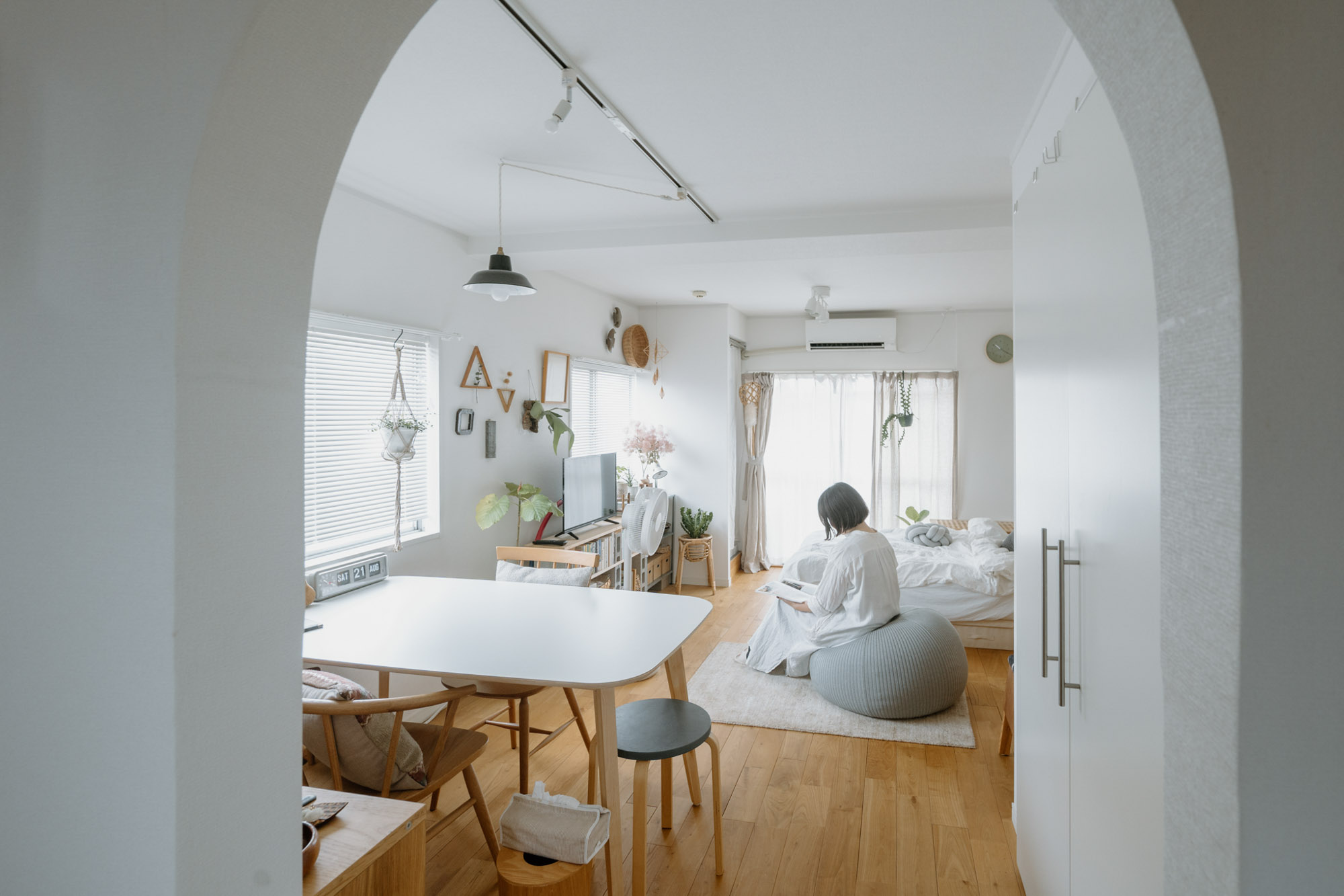 間取りは、キッチンと居室とを仕切るアーチの入口がかわいい31㎡のワンルーム。