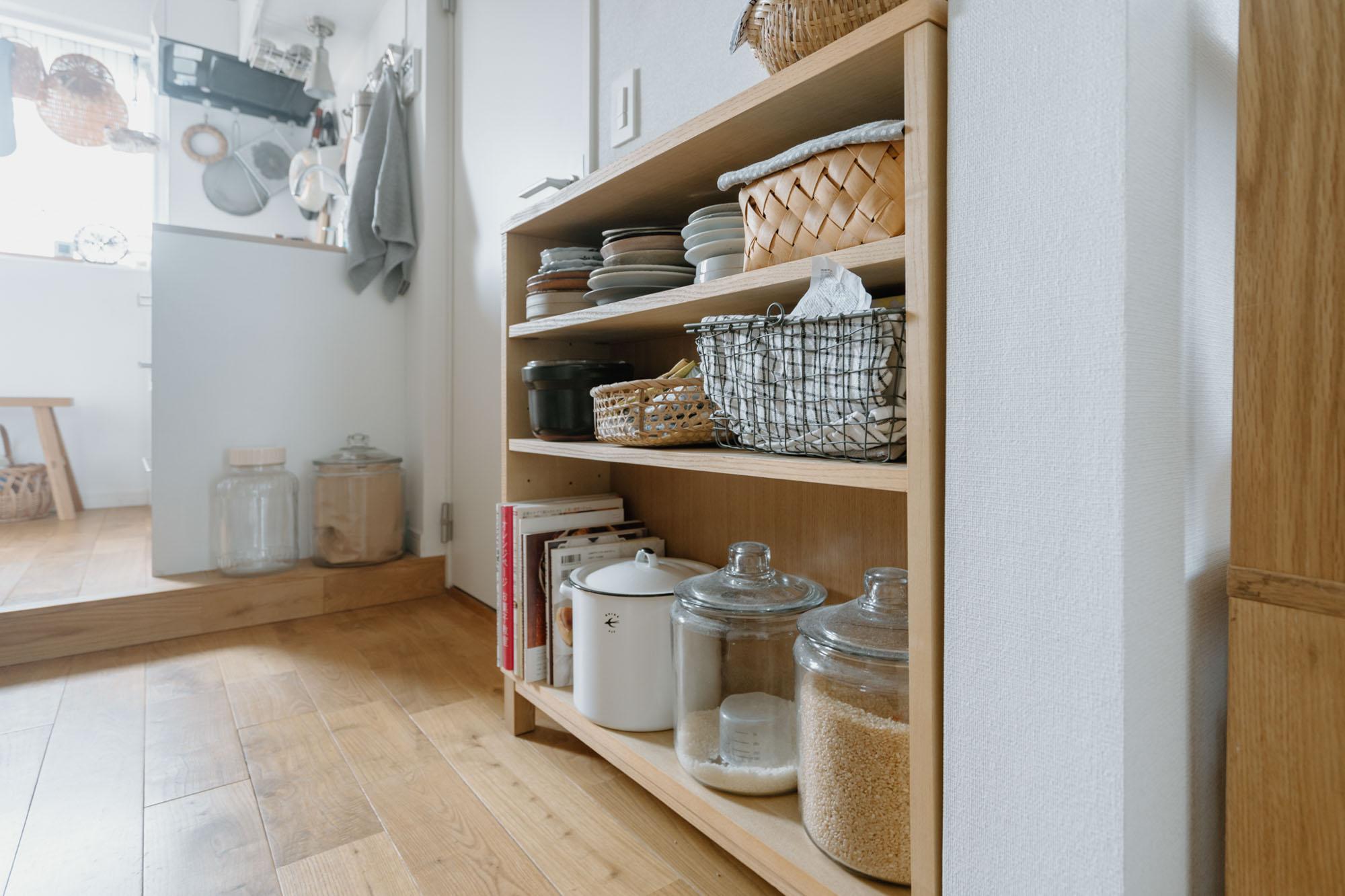 キッチンと居室の間にあるちょっとしたスペース。こちら側には無印良品の薄型ラックを。