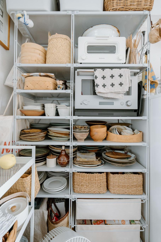そして、反対側にはユニットシェルフを置いて、たくさん集められている食器を収納。