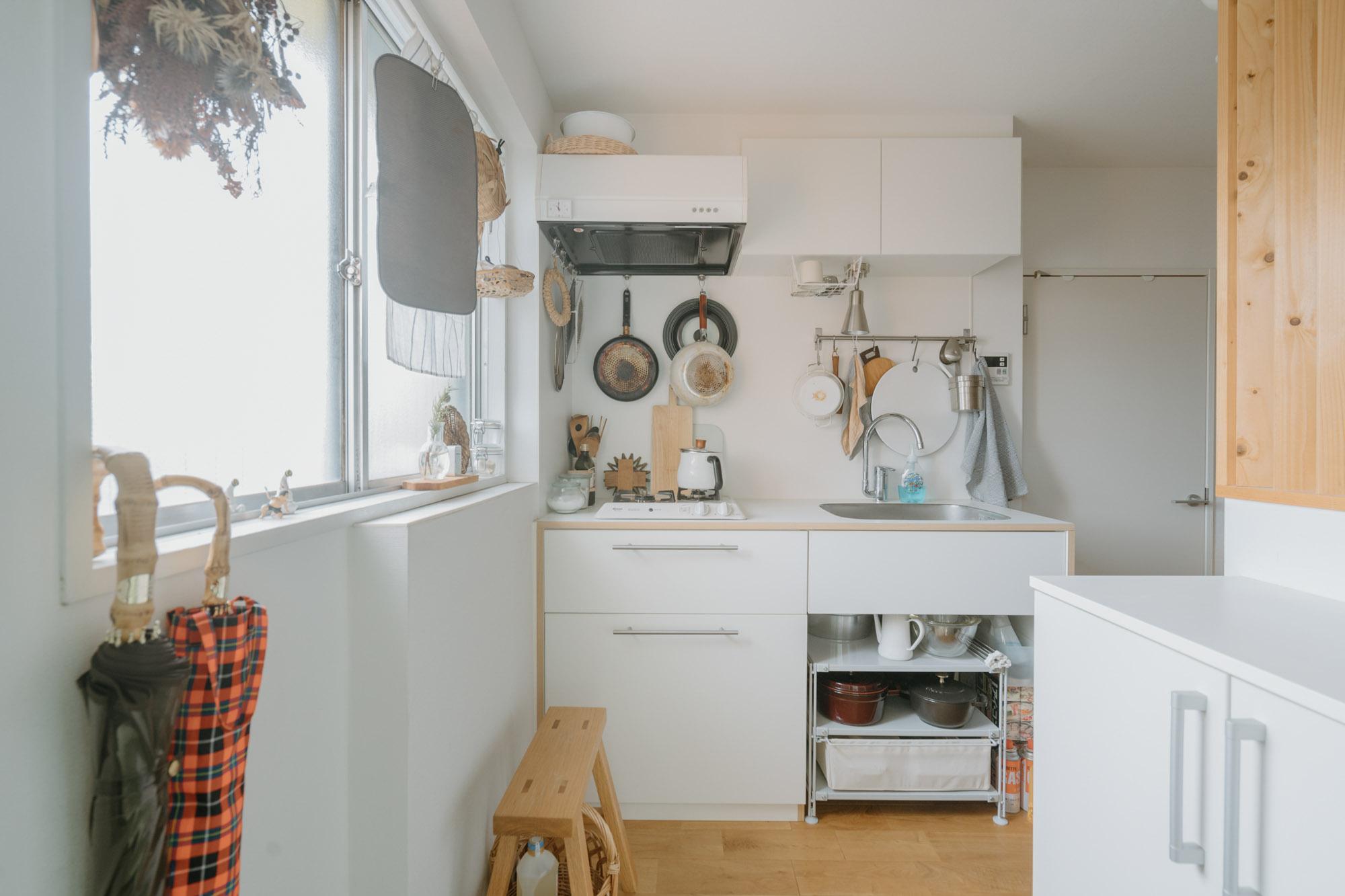 一人暮らし用の小さなキッチンですが、引っ掛ける収納などをうまく活用して使いこなしていらっしゃいます。