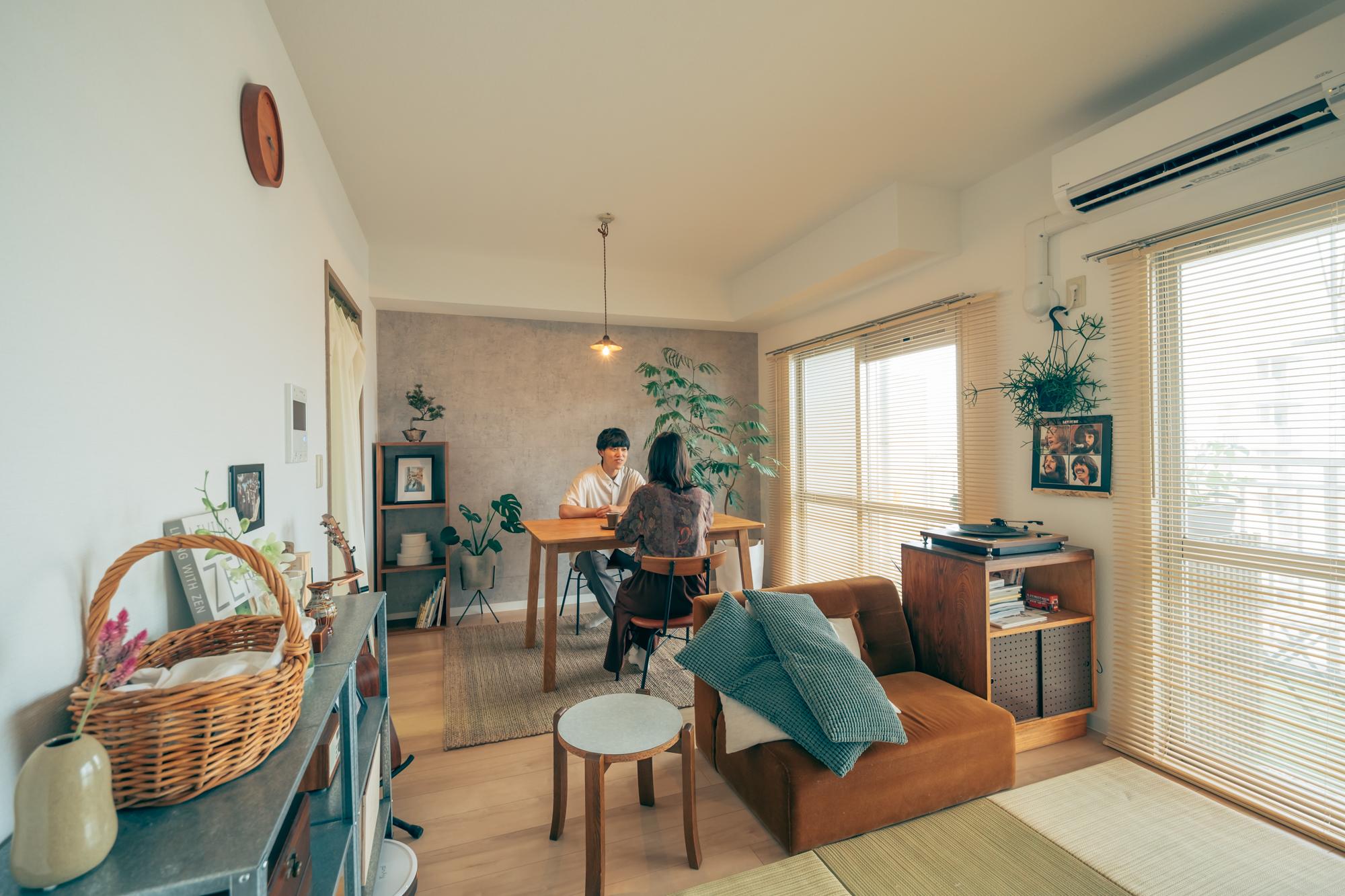 「海の近くに住みたい」という憧れを叶えた、千葉エリアのUR賃貸住宅。自分たちの暮らし方に合ったお部屋で、楽しく部屋づくりをされている、二人暮らしの1LDKを拝見しました。