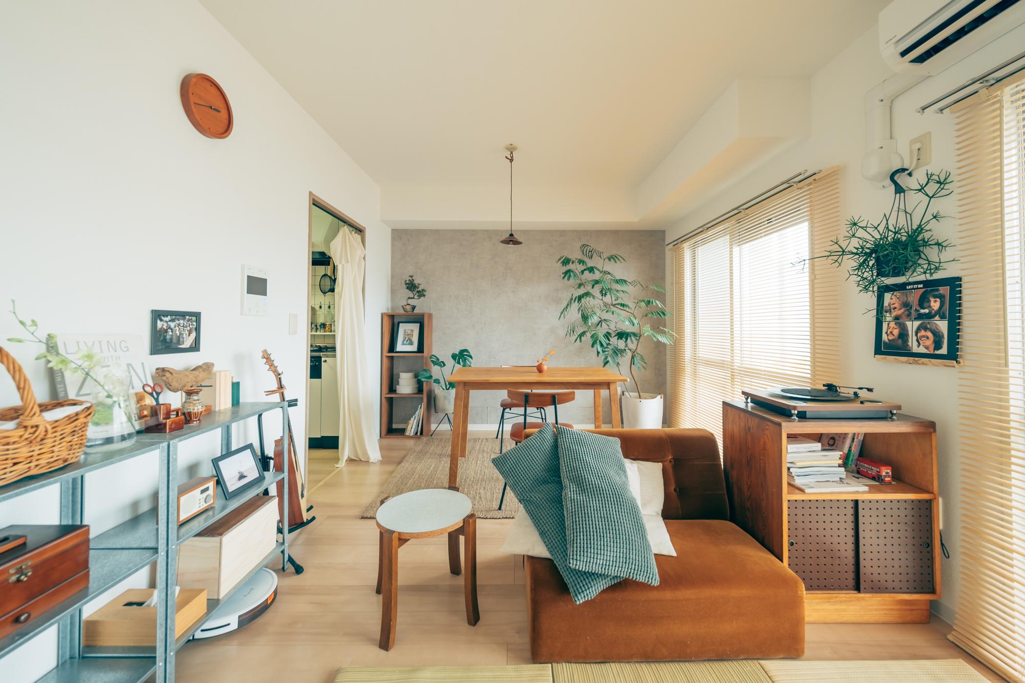 yuzuさんカップルが二人暮らしのスタートに選ばれたのは、千葉県の海沿いの駅にあるUR賃貸住宅の団地です。 それぞれ都内で一人暮らしをされていたお二人、お部屋探しのポイントは「リビングが広くて、なるべく家賃が安いお部屋」。間取りは60㎡弱の1LDKで、シンプルな内装にちょっとだけ手を加えながら、自分らしく住みこなしていらっしゃいます。