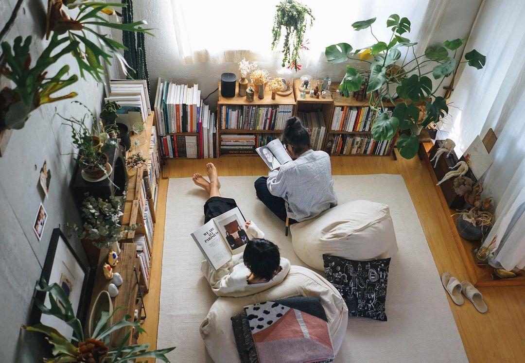天井の高い開放的なリビング。たくさんの植物と、旅の思い出のアイテムに囲まれた、ご夫婦二人暮らしのインテリアを拝見しました。