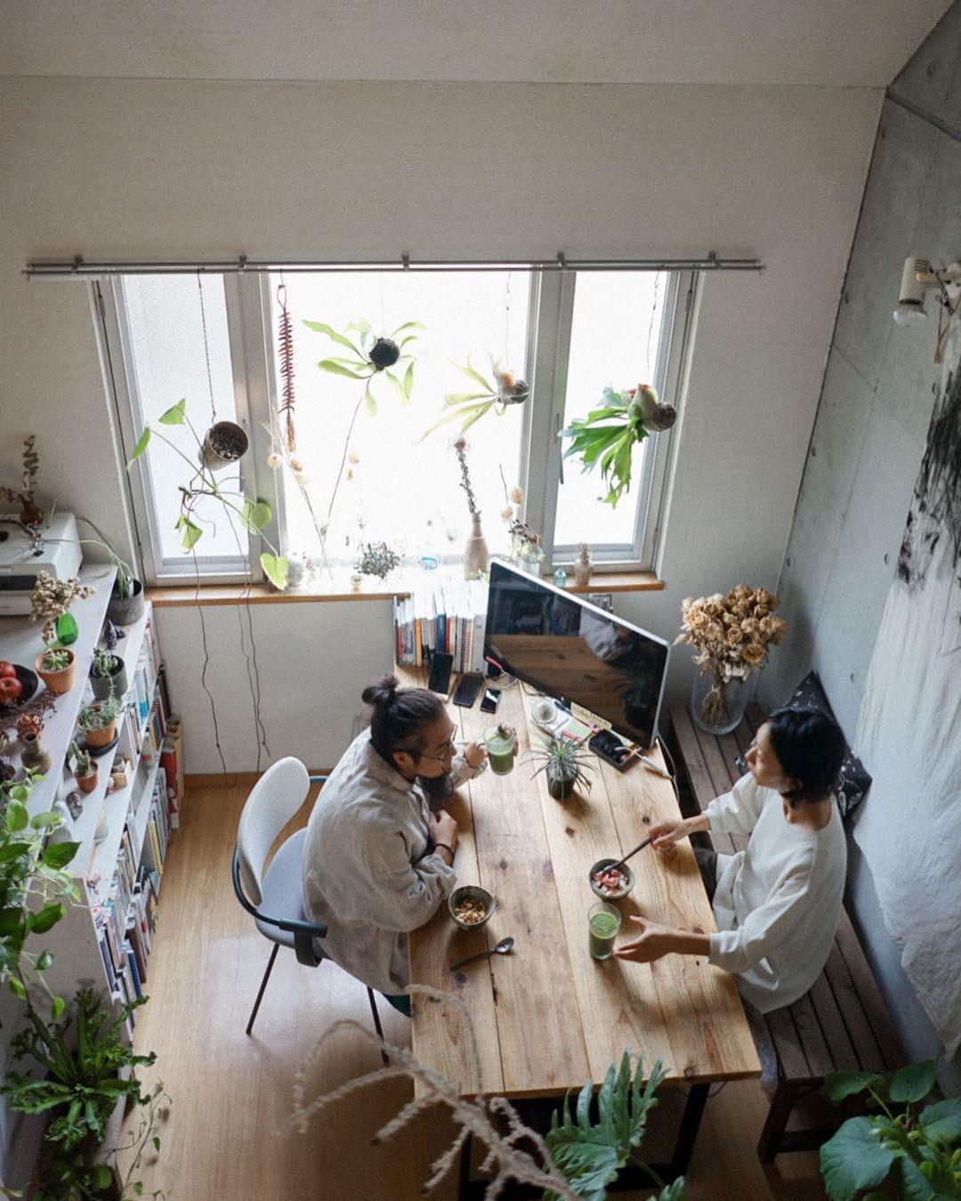 ご夫婦ともにデザイナーとして活躍されている、Apartment 204さん。 2019年にロンドンから帰国され、選ばれたのは、仕切りの一切ない60㎡のメゾネットのお部屋。「日本に帰ってきてから部屋探しをしていると、天井が低くて圧迫感があって。この部屋は天井がすごく高いので、広さと抜け感が一番の決め手になりました」