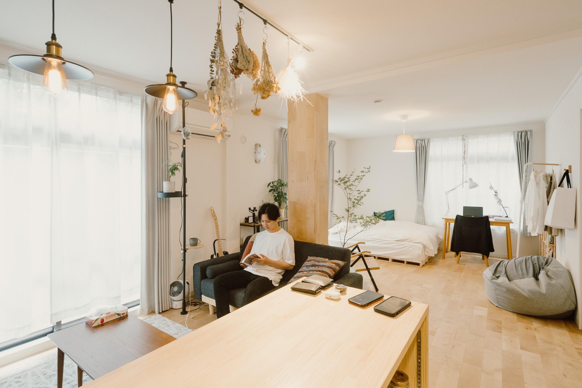 2Kの間取りをリノベーションして誕生した広々ワンルーム。色数は抑え、シンプルでニュートラルなゆとりある空間を作られている、一人暮らしのお部屋を訪問しました。