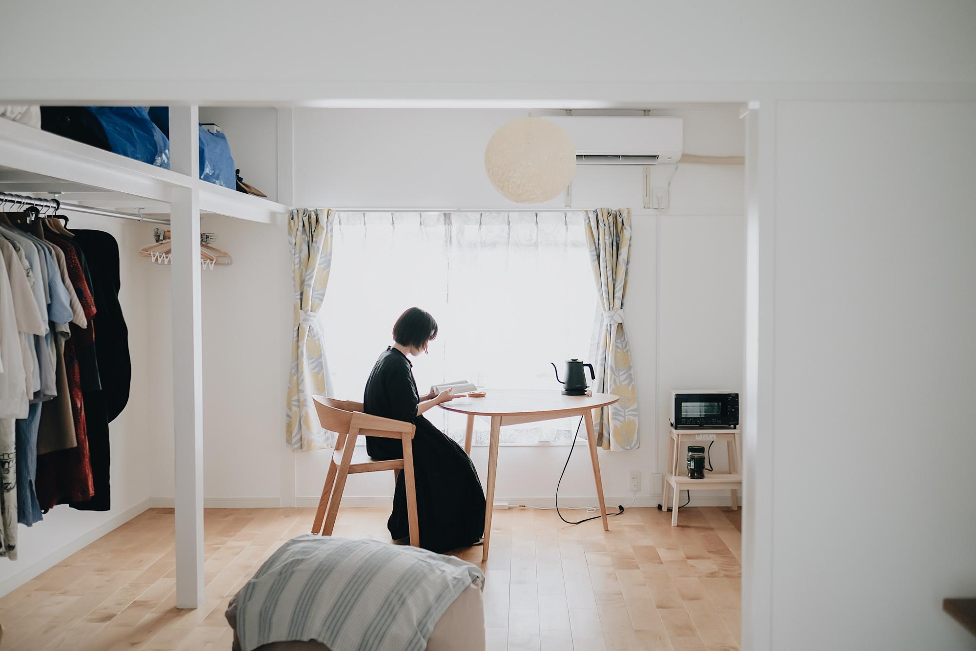 ゆったりとした間取りと静かな環境が魅力的な団地リノベのお部屋。無垢フローリングの開放的な1LDKで素敵に暮らしていらっしゃる一人暮らしのお部屋を拝見しました。