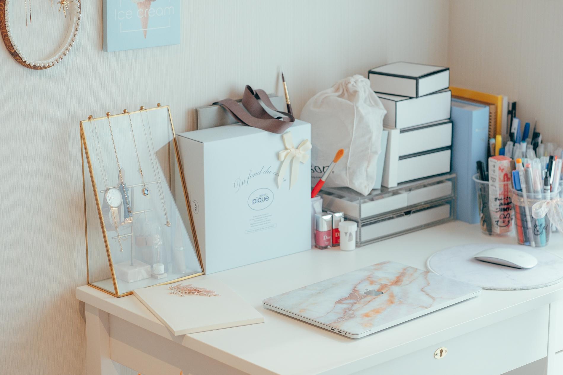 ついとっておいてしまいがちなプレゼントボックスでも代用可能です。これなら思い出も素敵に、かつ実用的に飾れますね。(このお部屋を見る)