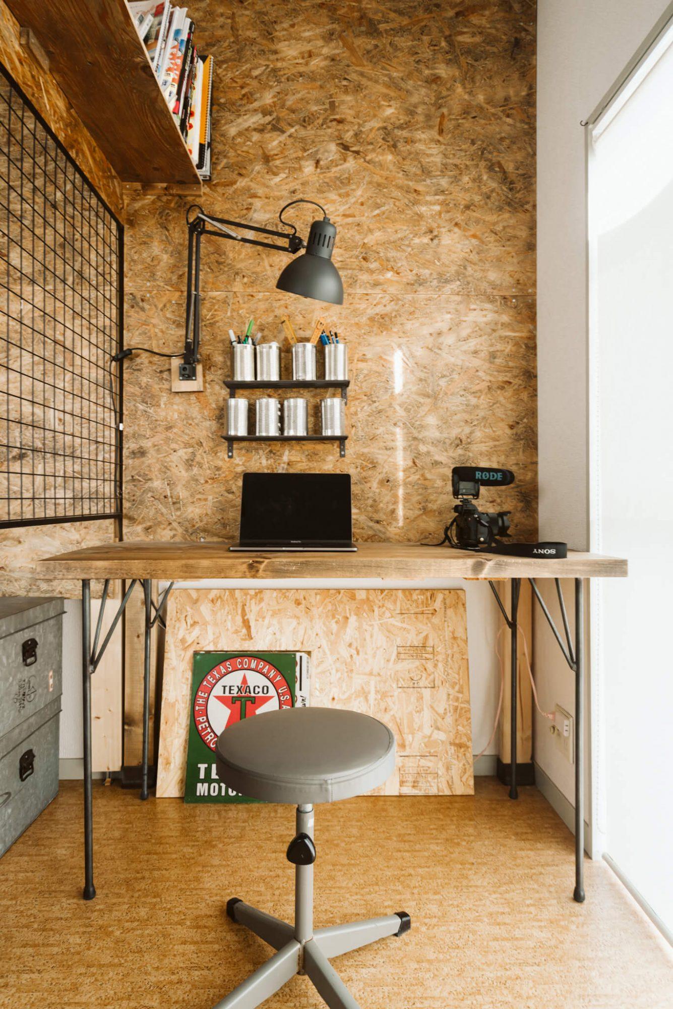 壁にはディアウォールを利用して柱を立て、ホームセンターで購入できるサブロク板で壁を作っています。照明までも上部に設置することで、デスクに資料を広げることができますね。また、ペン立ては空き缶にすることでヴィンテージ感が増しています。(このお部屋を見る)
