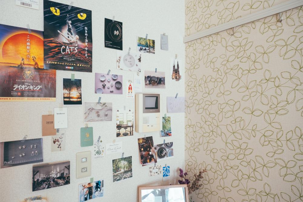 マスキングテープだとカラーや絵柄も楽しめます。サイズが異なるものを無造作に、少し重ねて貼ることで真っ白な壁がアーティスティックに変身。(このお部屋を見る)