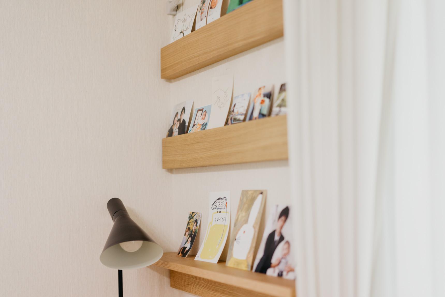 こちらは溝を活用することで写真や絵を立て掛けています。自分で棚の場所を調整できるので、もう少し大きめのサイズも立て掛けられそう。(このお部屋を見る)