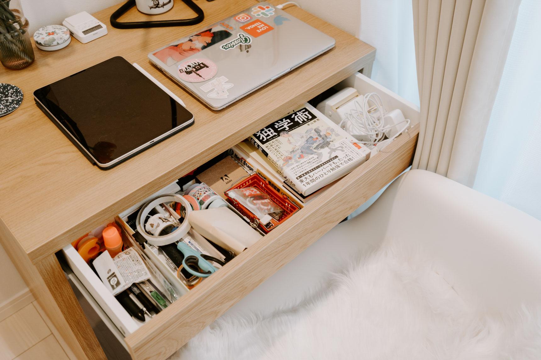 引き出しの中は小さなボックスなどで仕切りを作ると、ごちゃごちゃなりにくいです。事前にサイズを測っておくとデッドスペースが産まれるのも防げますね。(このお部屋を見る)