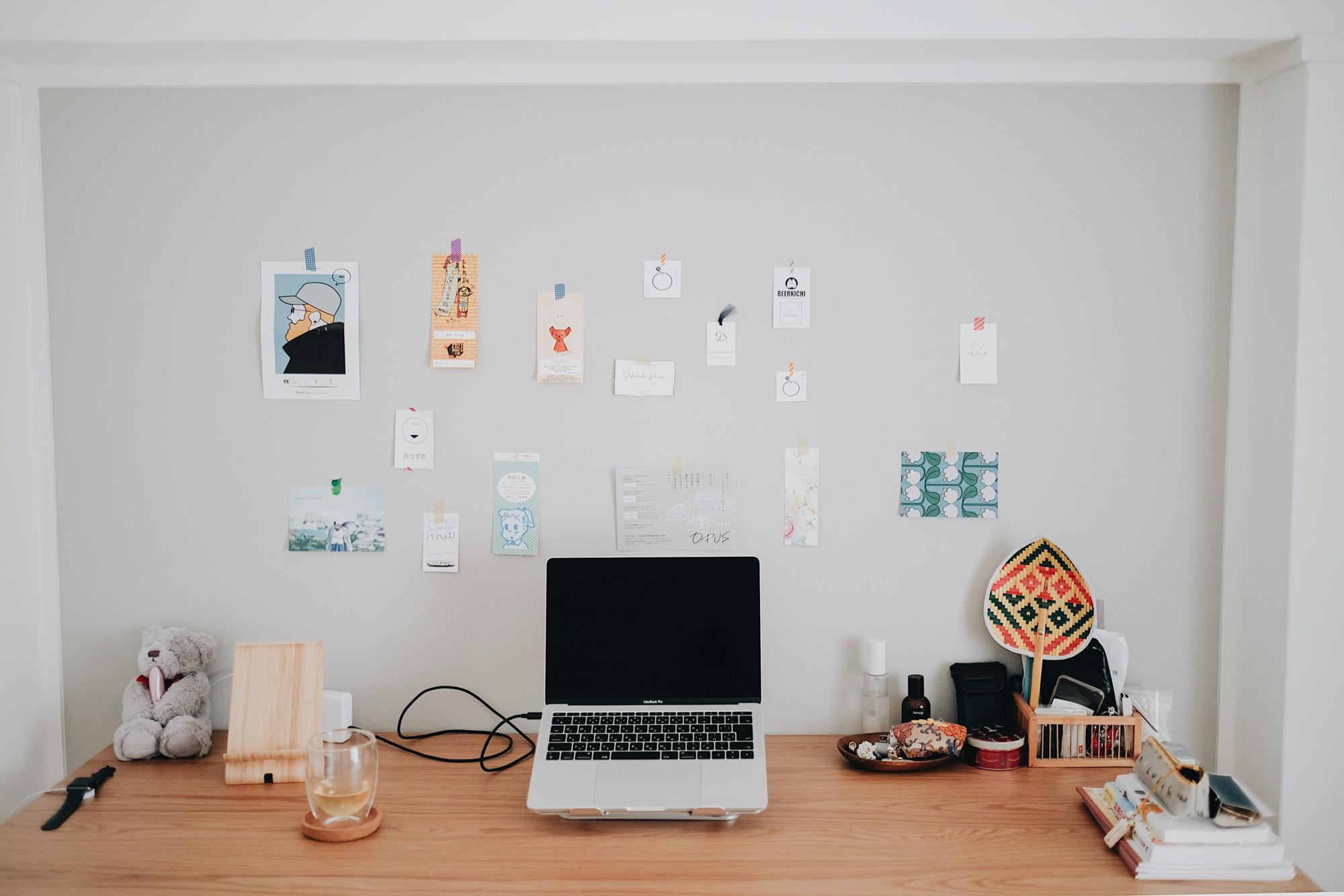 そして、ベッドルームに置かれた大きめのデスクは、無印良品のオーク材折りたたみテーブル。食事の時はダイニング、勉強や仕事の時はこちらのデスクと切り替えることで、集中できるといいます。
