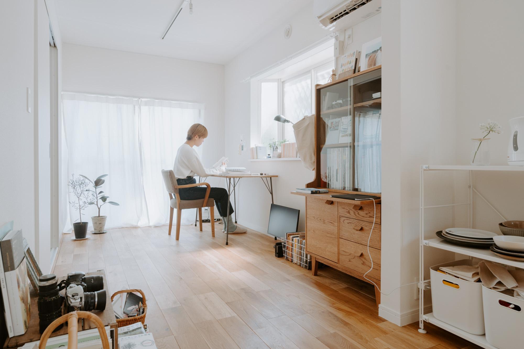 編集者として活躍されている詩乃さんがお住まいなのは、38㎡ほどの1LDK。 グッドルームのオリジナルリノベーション賃貸「TOMOS(トモス)」のお部屋です。