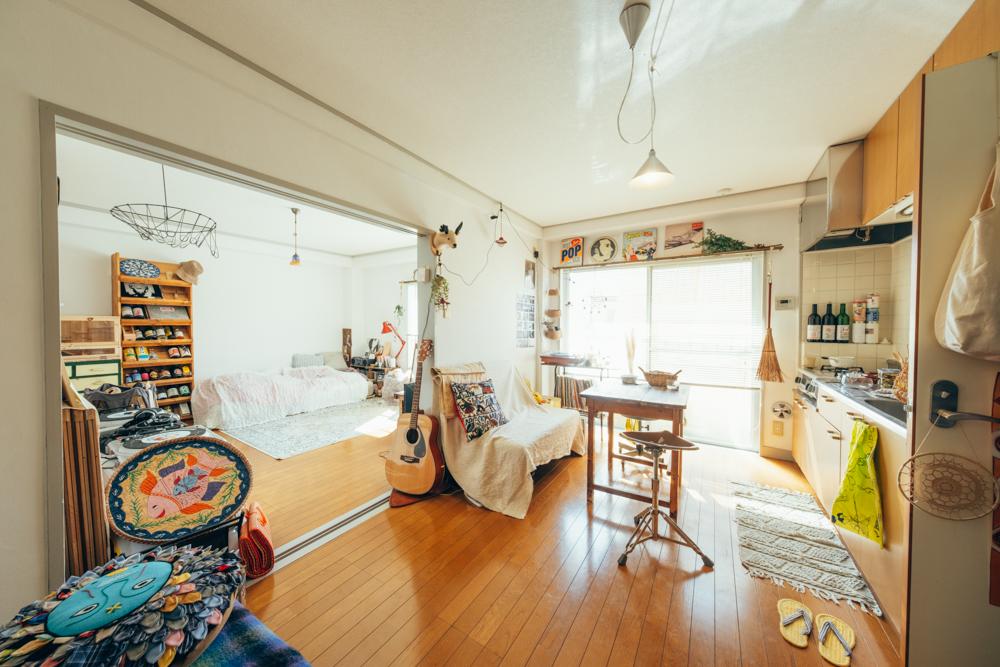 廊下のない、お部屋を最大限楽しめる間取りで、読書に音楽、お酒と好きな時間を満喫する。アイテムも古道具から雑貨まで、好きなものへの愛が溢れるおはぎさんのお部屋