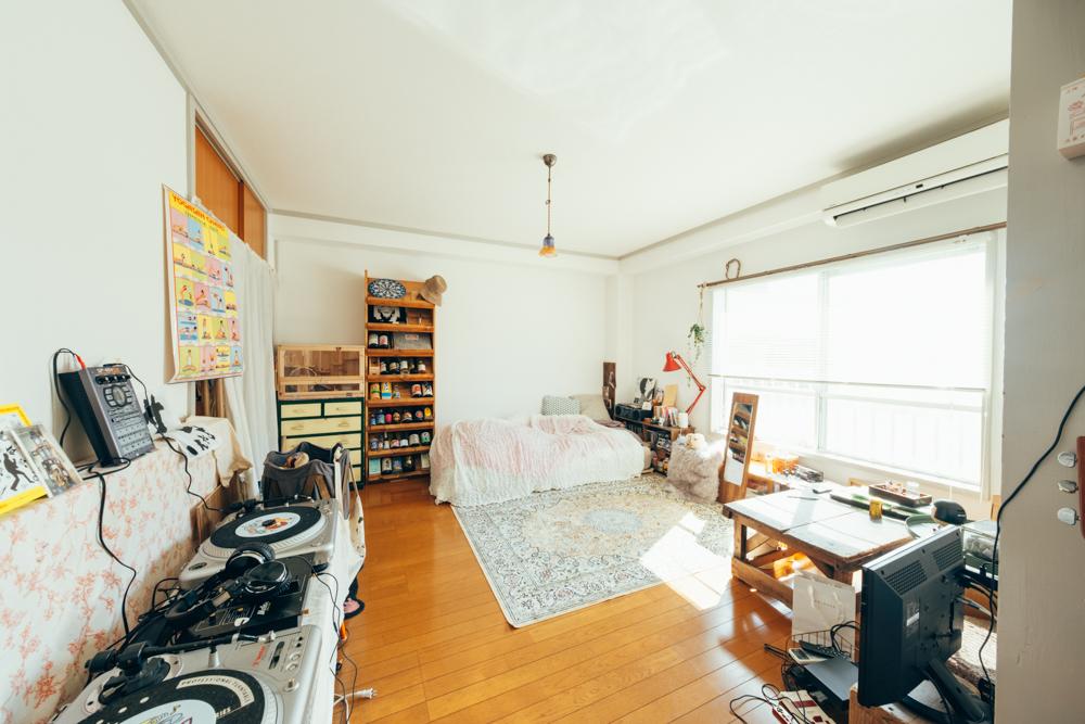 寝室にはCDプレイヤーとギター、好きなお酒のボトルラックが並びます。手前にはDJブースもあり、趣味を楽しむためのスペースが至る所にあるのが印象的です。