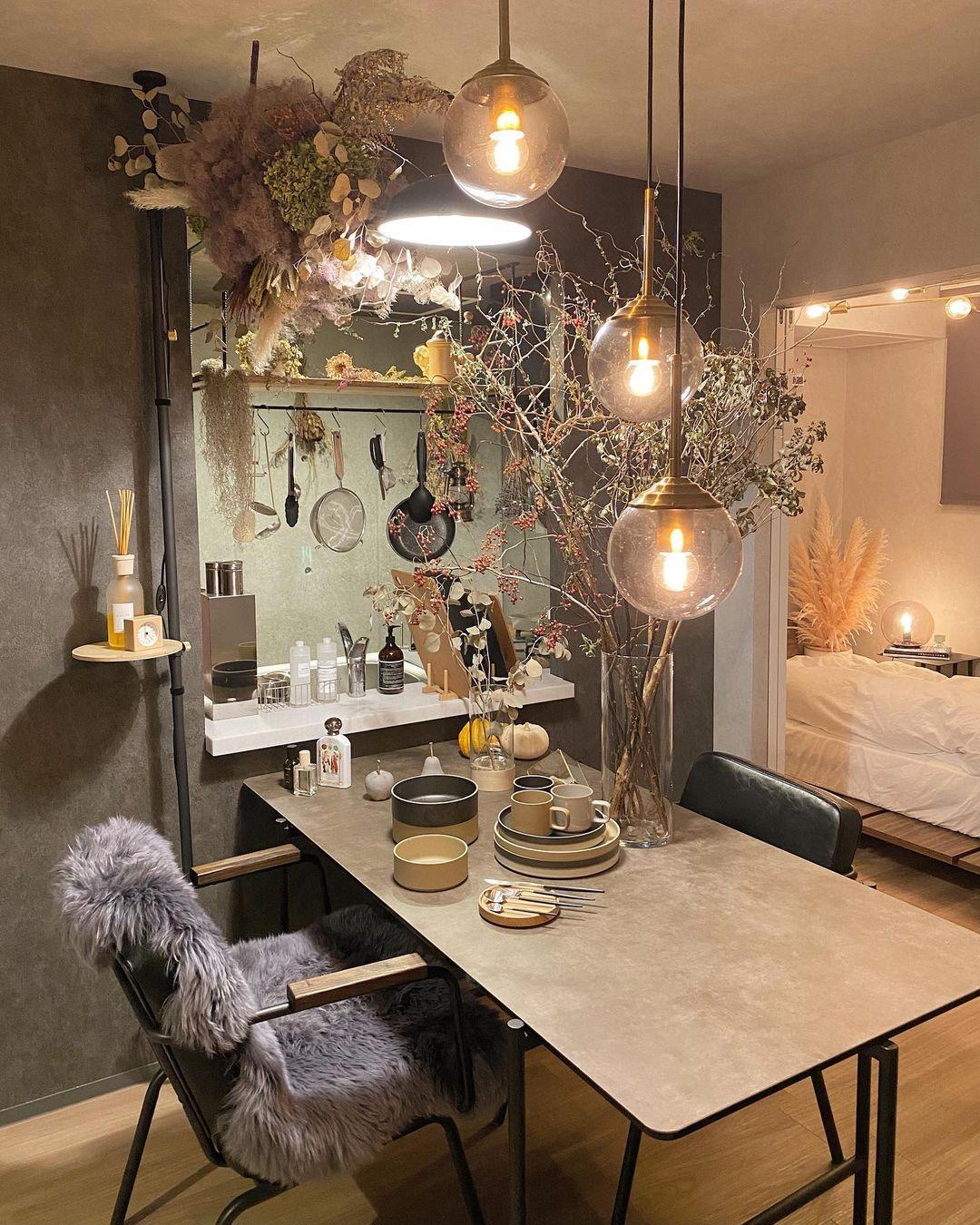 グレーやブラックなど、落ち着いた色で整えながら、大胆に花を飾り、インパクトのある空間を作り上げているmokkaさん。