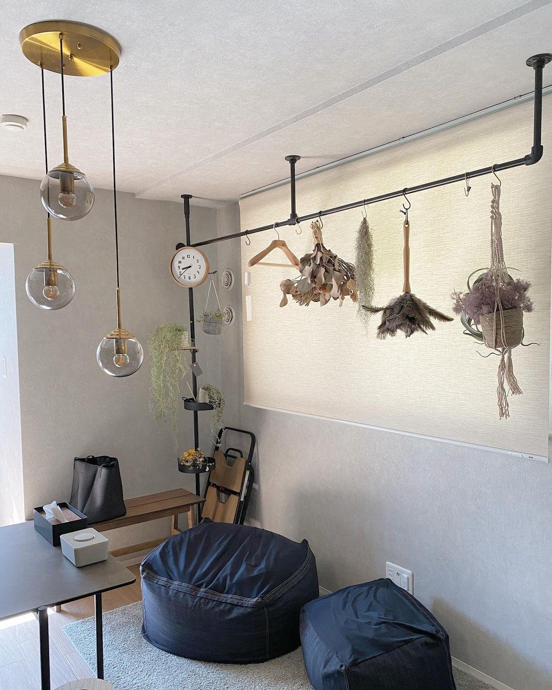 賃貸でも使える「DRAW A LINE」などのアイテムを駆使しながら、床から天井まで、空間をダイナミックに使われています。