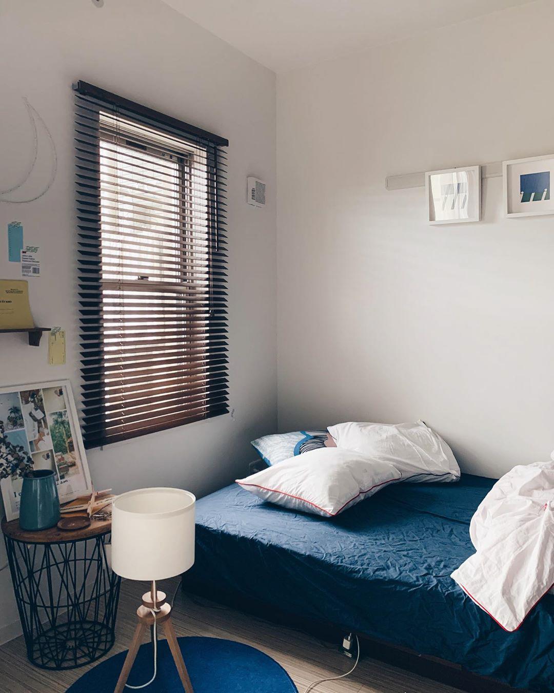 ベッドルームはダークブルーで落ち着いた空間に。