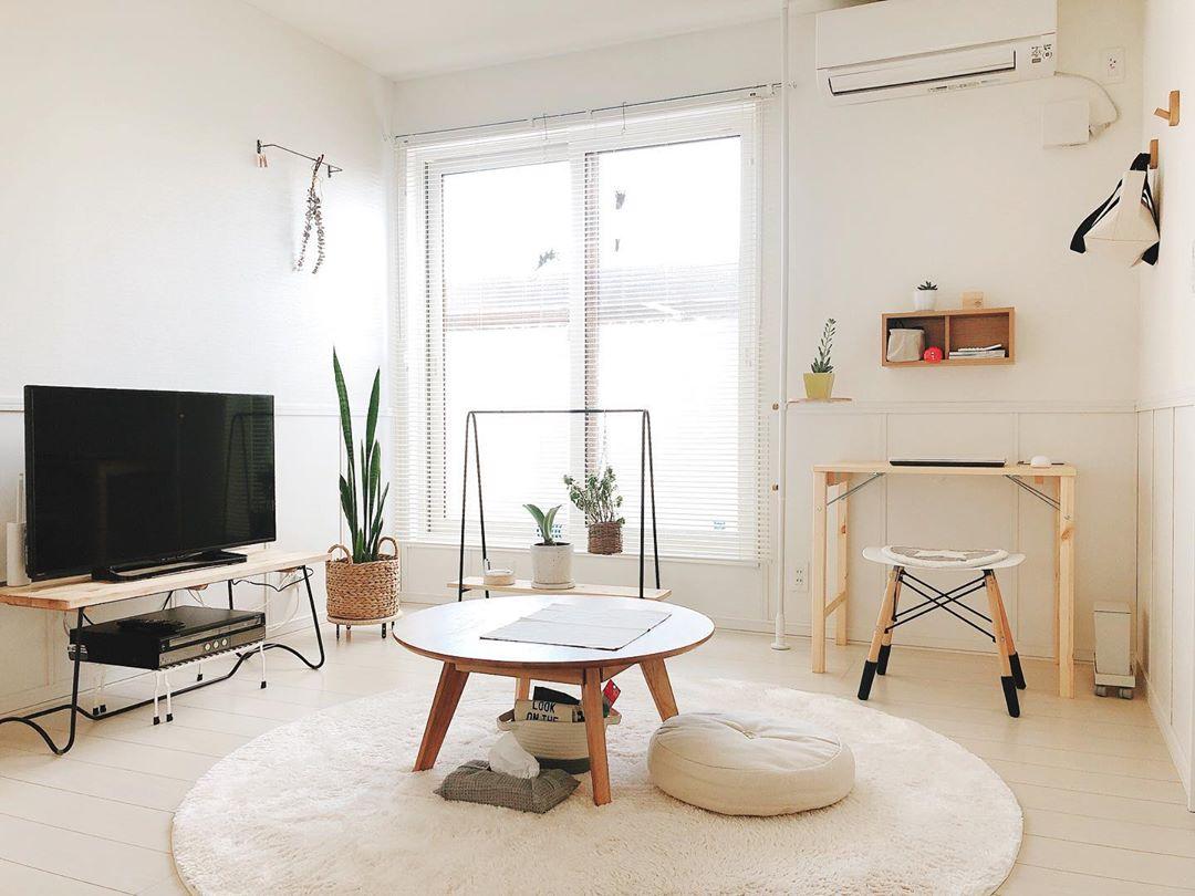 1LDKのお部屋で一人暮らしをされているshiomaluさん。 8畳ほどのリビングは、明るい色のウッドにアイアンの黒と、素材や色味が同じ家具で揃え、とても統一感のある空間に仕上げていらっしゃいます。「圧迫感のあるものを絶対に置かない、ということも意識していて、低めの家具や、抜け感のある家具を選ぶようにしています」