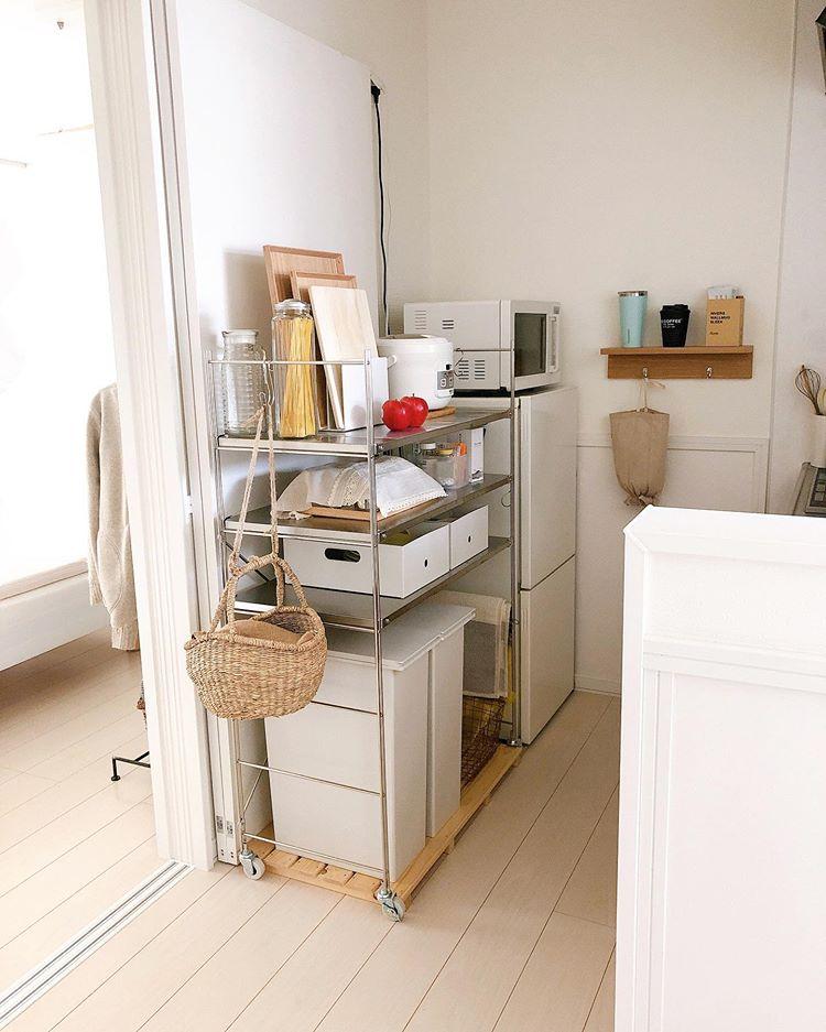 カウンターキッチンはスペースたっぷり。無印良品のステンレスユニットシェルフを置いて、すっきり整頓されています。