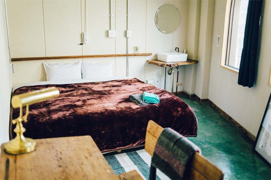 キングダブルのお部屋は、ベッドも広々としていておしゃれな雰囲気。デスクもあるので、仕事もできそうです。