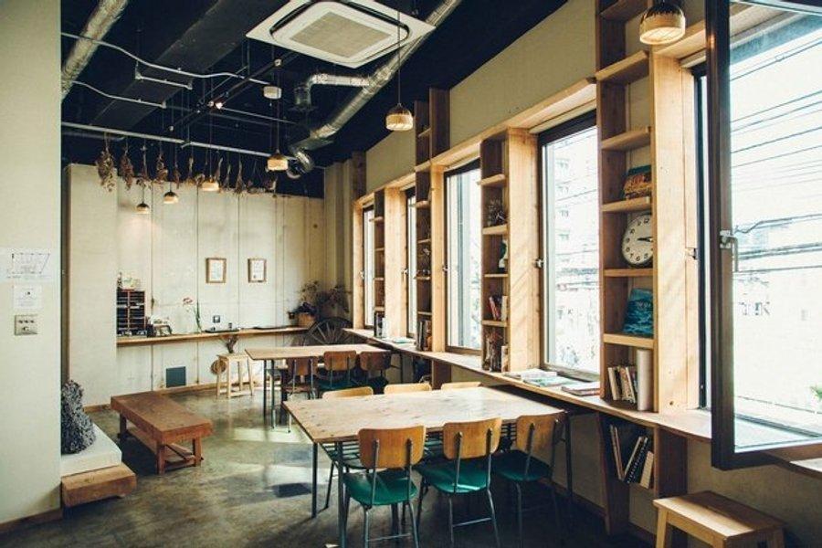 共有スペースは24時間つかえます。キッチンもついているので、簡単なものならここで作れそう。仕事の息抜きに過ごすのもいいですね。