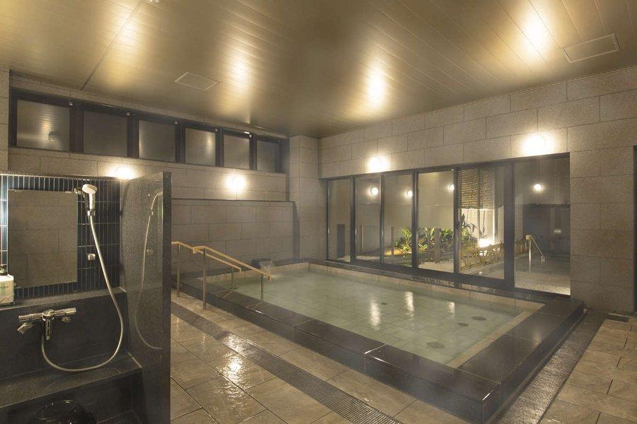 宿泊者のみが利用できる大浴場は一階に。毎日足を伸ばしてお風呂に入れるなんて、疲れもとれそう!