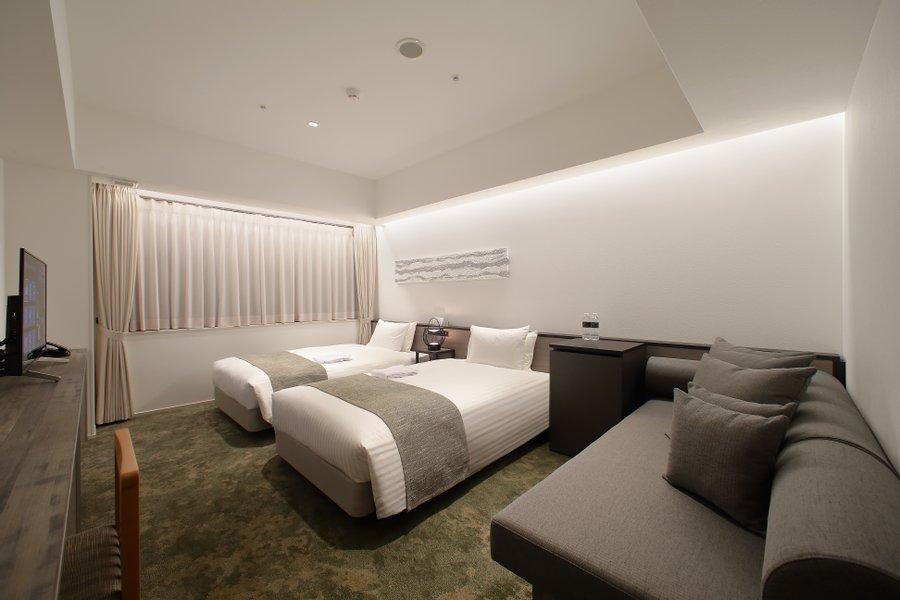 お部屋はツインルーム。ふっかふかのベッドとソファがあります。リラックスしながら仕事にも集中できる。そんな生活が送れそうです。