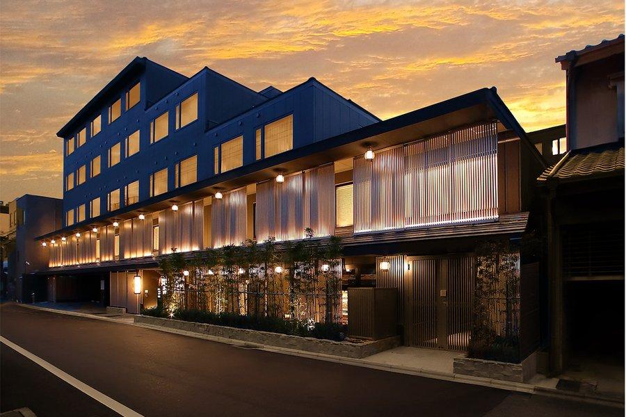 外観のデザインもとっても素敵なホテル。京都駅まで一駅の五条駅が最寄りで、周辺には飲食店やコンビニなどもあり、生活しやすいエリアです。