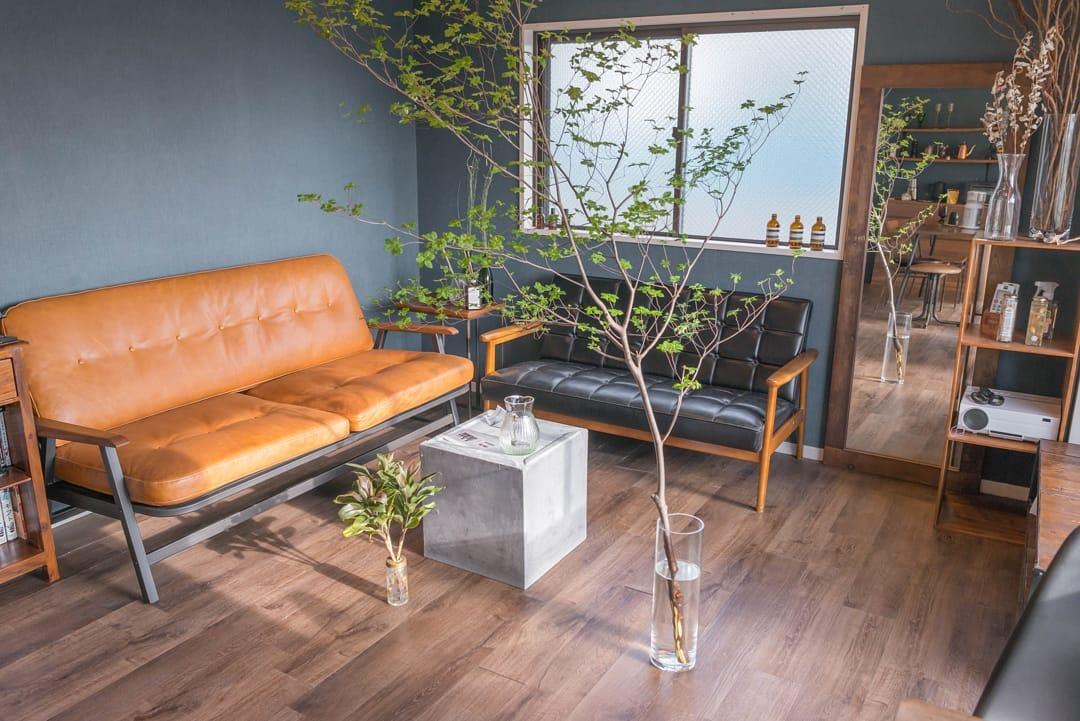 いくつか違う種類のソファを集めると、カフェっぽい空間になりますね。茶色いソファはACME FURNITURE、黒いソファはカリモク60。