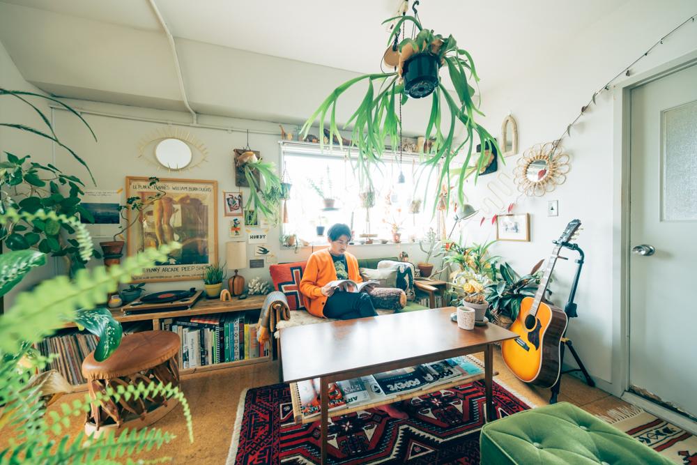 コーヒーテーブルを挟んでオットマンを対面に置くレイアウト。深みのあるグリーンはヴィンテージ感のあるインテリアにもよく似合いますね。