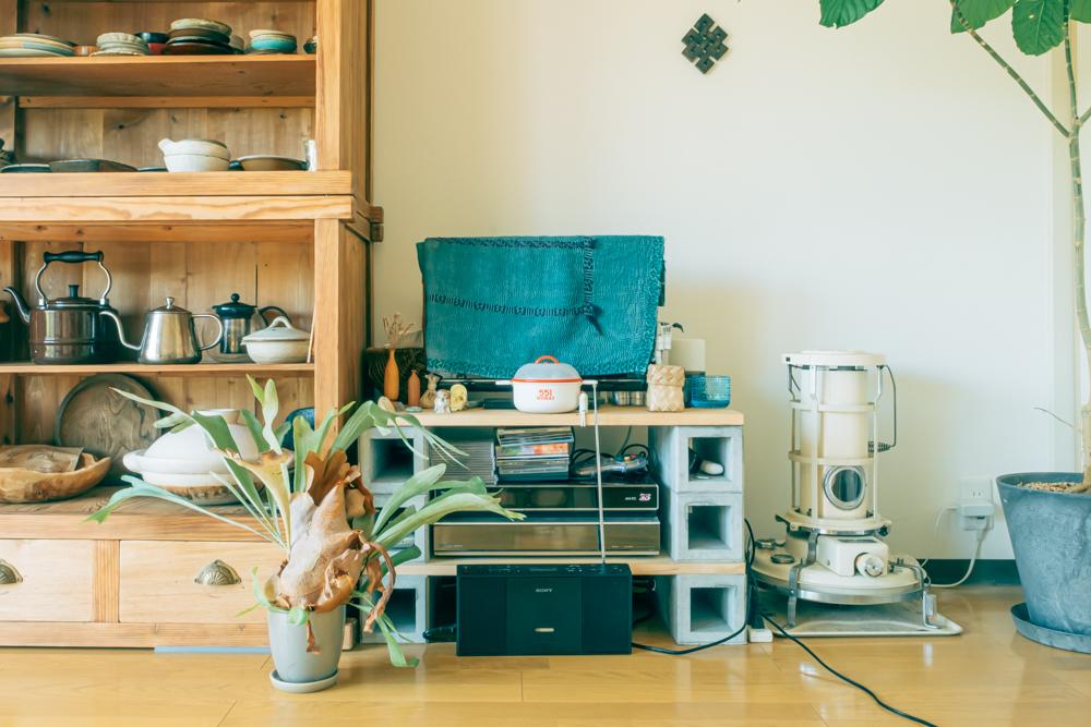 木の板とブロックを組み合わせたテレビ台や