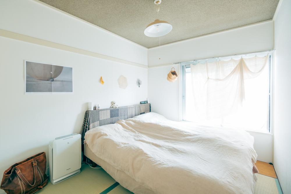 もうひとつの和室は寝室に。ベッドのヘッドボードにされているのは、実は外した襖なんだそうです。襖の収納方法、こんなアイディアもあったんですね!