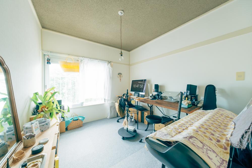"""リビング・ダイニングと反対側の2部屋は和室。玄関に近いほうのお部屋はワークスペースとして使われています。「重い家具が多いのと、""""仕事感""""を出したくてカーペットを敷きました」"""