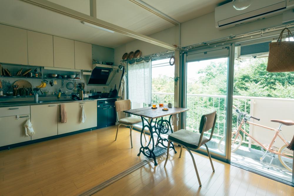 遠方にお住まいだったEriさんのために、Junさんが内覧しオンラインでプレゼンをして決められたそう。確かに、窓いっぱいに広がるこの緑の迫力を見たら、ここに即決してしまうかも。