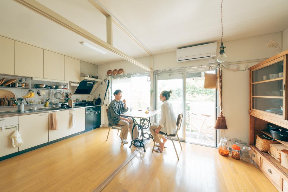 間取りは54㎡の3DK。ダイニング・キッチンと、隣の5畳ほどの洋室は、襖を完全に外してひと続きにして使われています。
