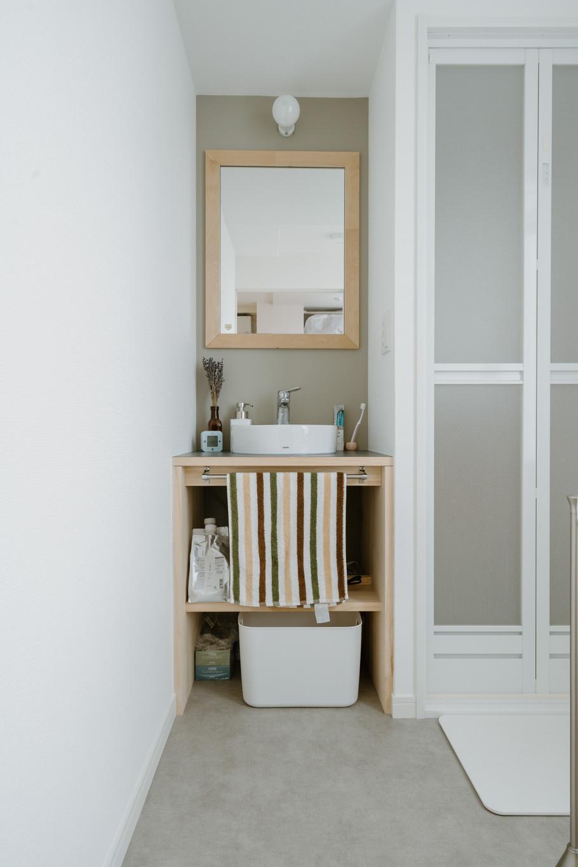 浴槽のないシャワールームですが、その代わりに独立洗面台があるのもポイントです。おしゃれに使いこなしてくださってますね。