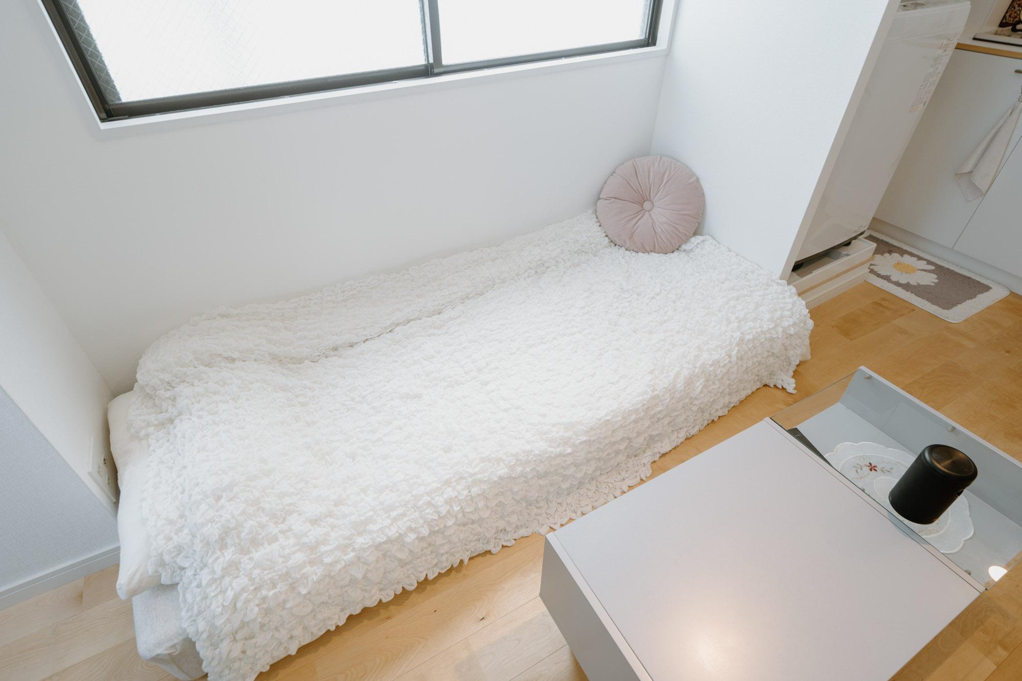 窓辺のスペースにぴったりサイズの、セミシングルのマットレスを置いて、日中はソファがわりに。