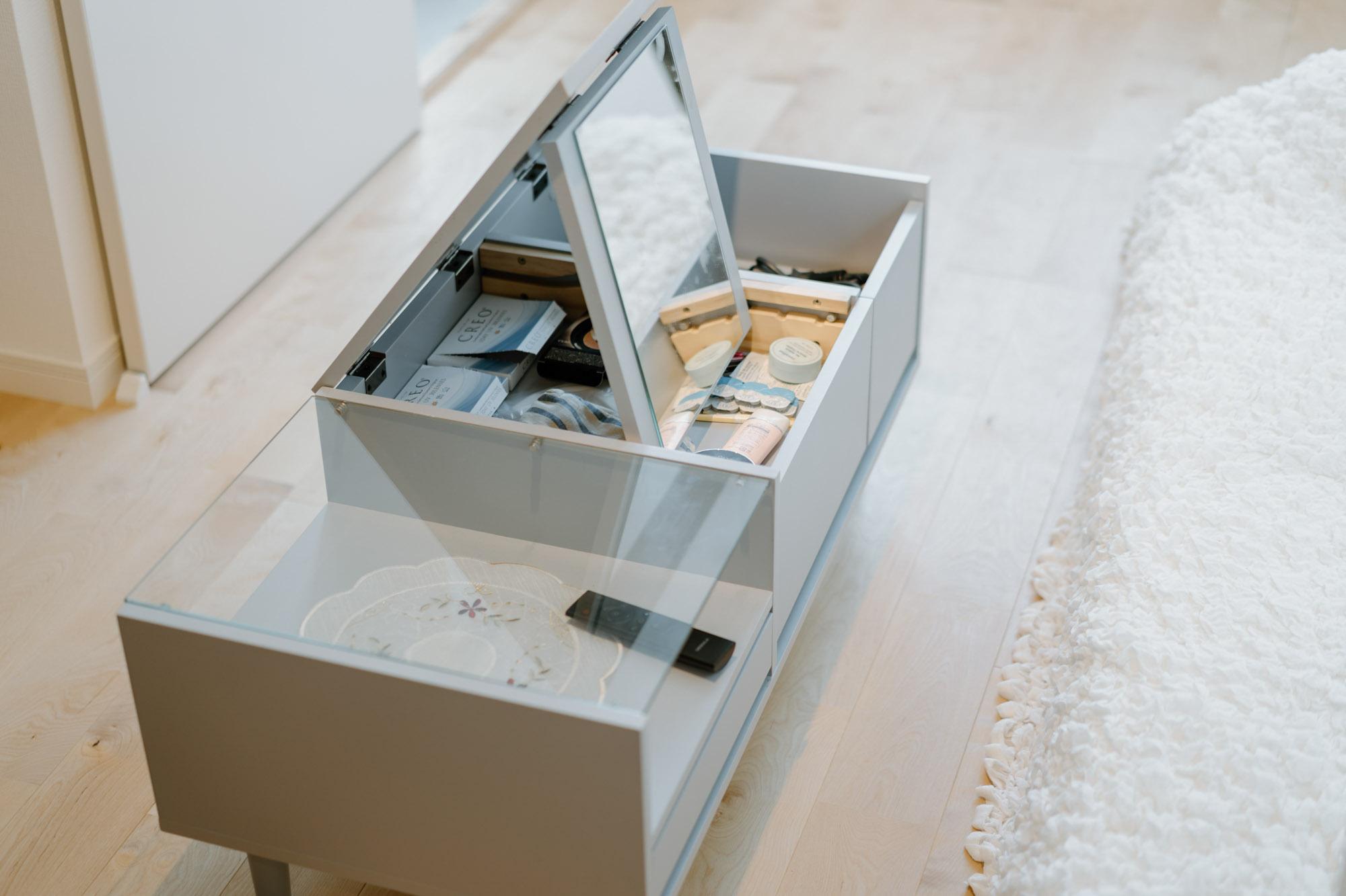 アクセントクロスの色とも合っているLOWYAのローテーブルは、天板を開くとミラーになり、ドレッサーとしても使えるもの。