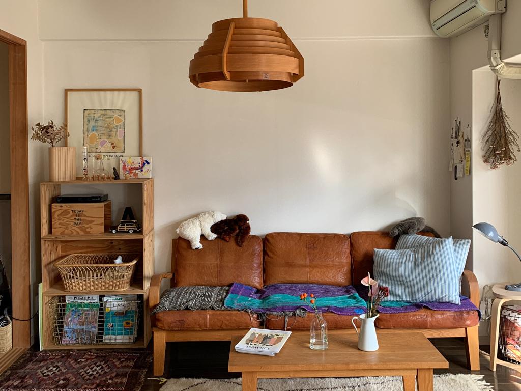 「一生モノ」のソファを迎えるなら、レザー素材もおすすめ。使い込むほどに味わいが出て、お部屋にヴィンテージ感をプラスしてくれます。こちらは TRUCK FURNITURE のFURROWED-LEATHER OAK FRAME SOFA(このお部屋はこちら)